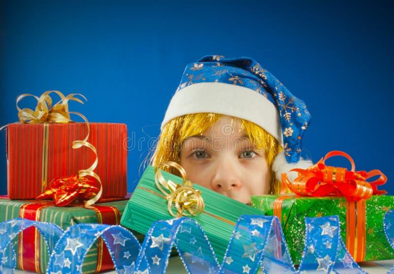 Fille de l'adolescence étonnée avec des cadeaux de Noël photo stock