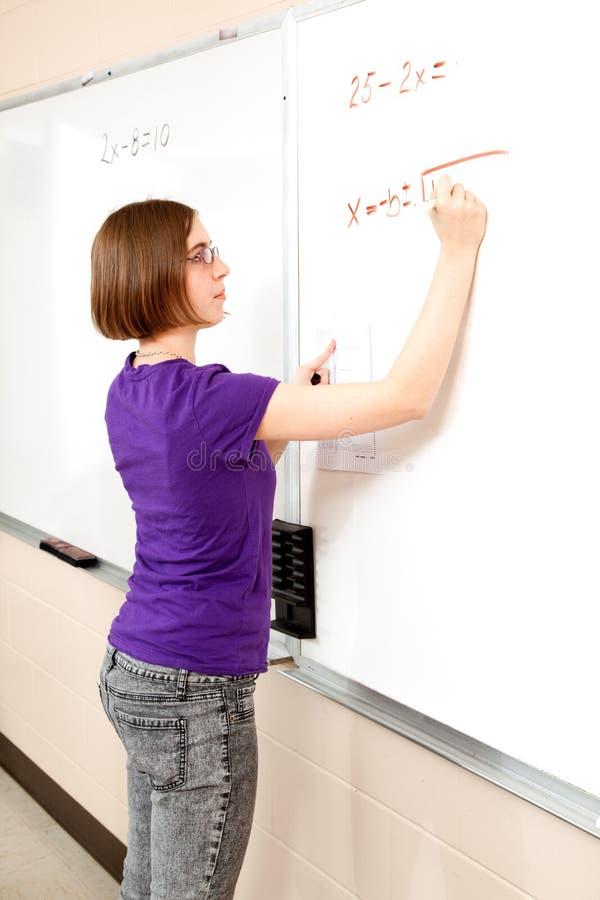 Fille de l'adolescence - étudiant avancé de maths photo stock