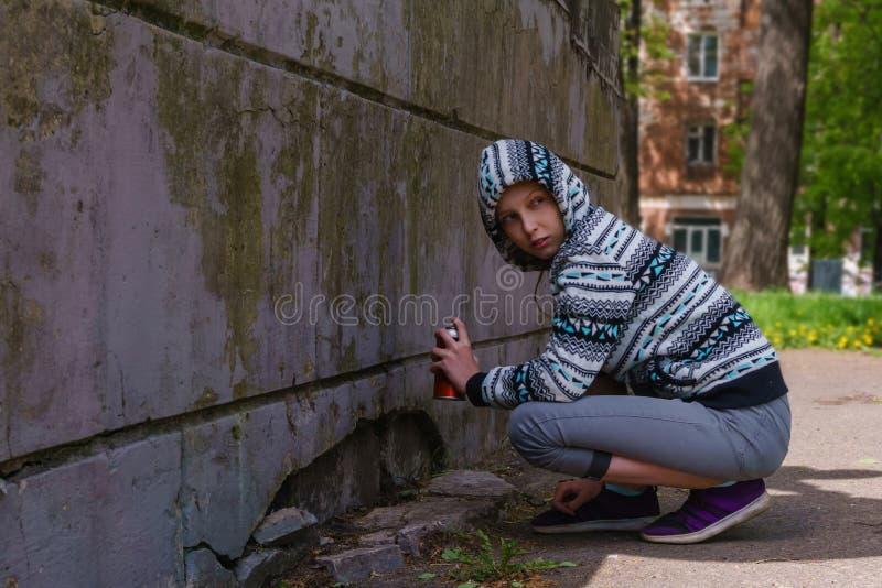 Fille de l'adolescence allant peindre le graffiti photos stock