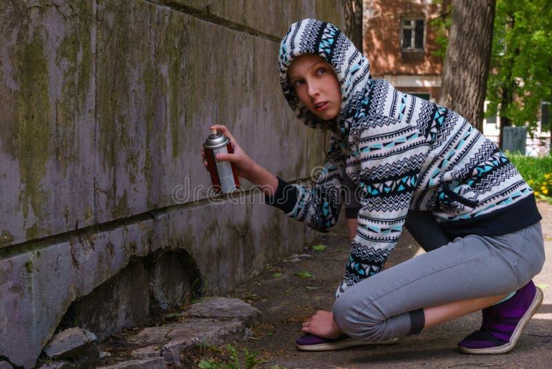 Fille de l'adolescence allant peindre le graffiti images stock