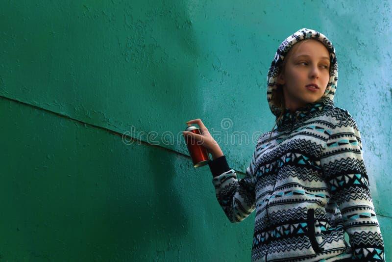Fille de l'adolescence allant peindre le graffiti image stock