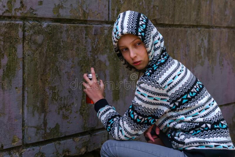 Fille de l'adolescence allant peindre le graffiti photo stock