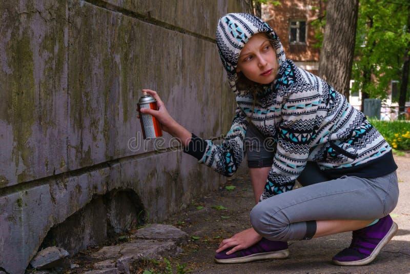Fille de l'adolescence allant peindre le graffiti images libres de droits