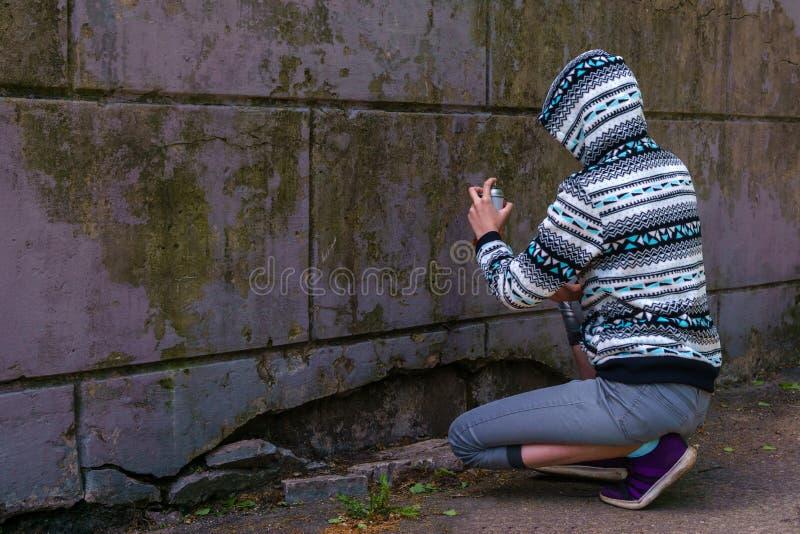 Fille de l'adolescence allant peindre le graffiti photo libre de droits
