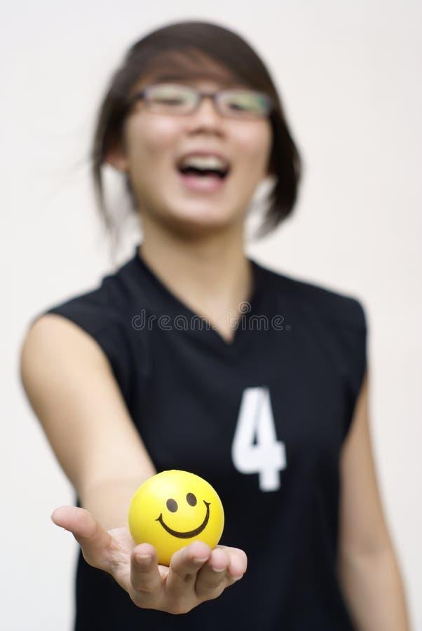 Fille de l'adolescence asiatique avec la bille heureuse image stock