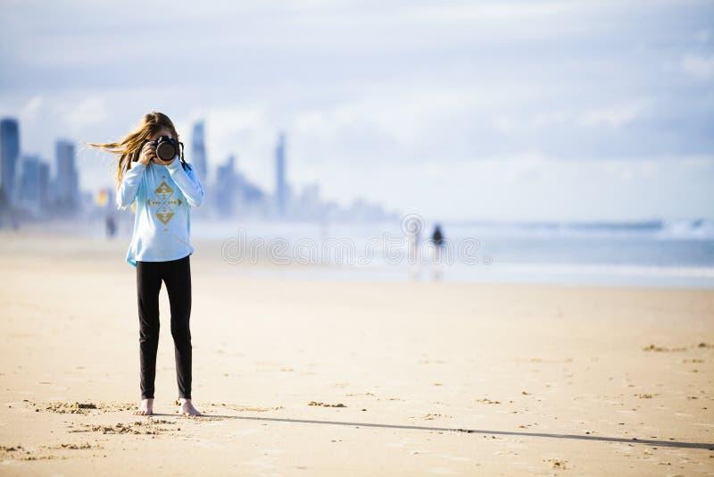 Fille de l'adolescence avec l'appareil-photo sur la plage photos stock