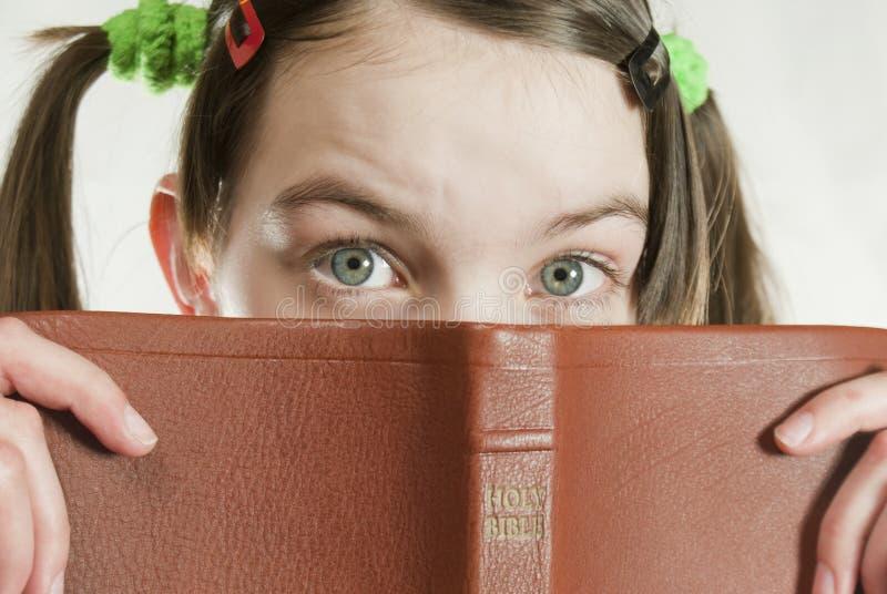 Fille de l'adolescence avec la bible photo stock