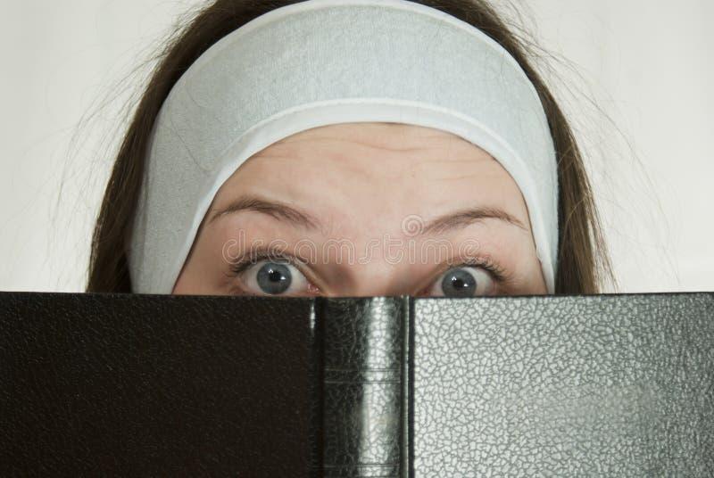 Fille de l'adolescence avec la bible image libre de droits