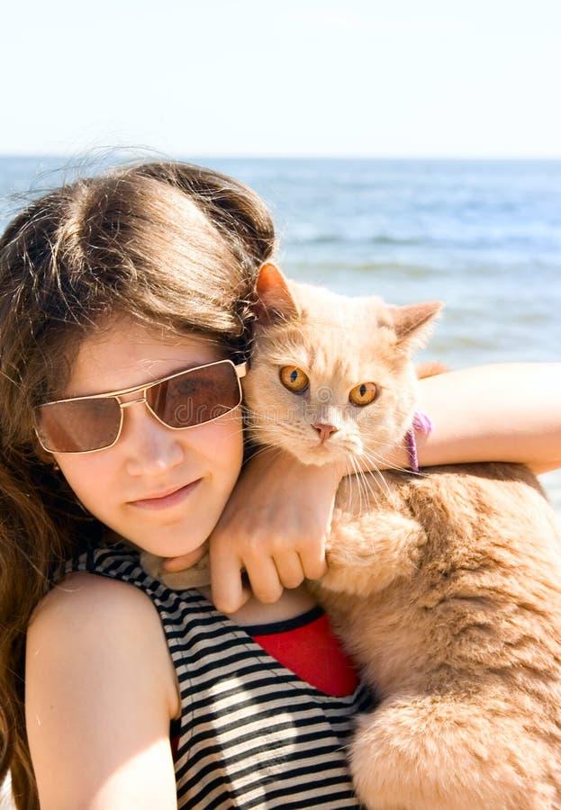 Fille de l'adolescence avec le chat photo stock
