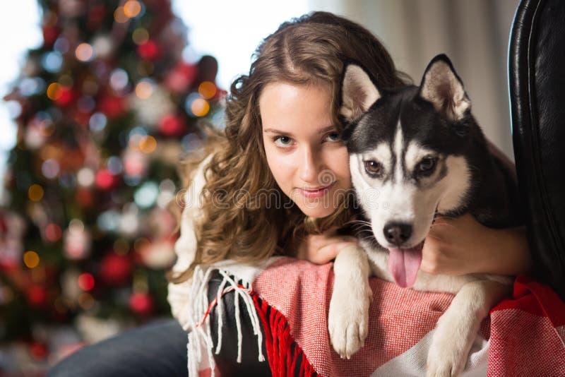 Fille de l'adolescence avec le chien, pour Noël photo stock