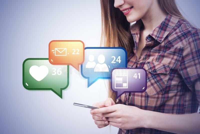 Fille de l'adolescence avec le smartphone, icônes sociales de media image stock