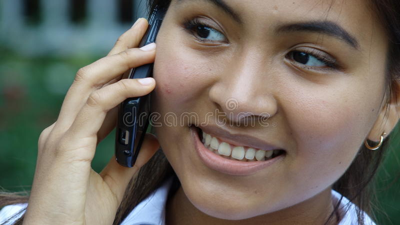 Fille de l'adolescence avec le téléphone portable photo stock
