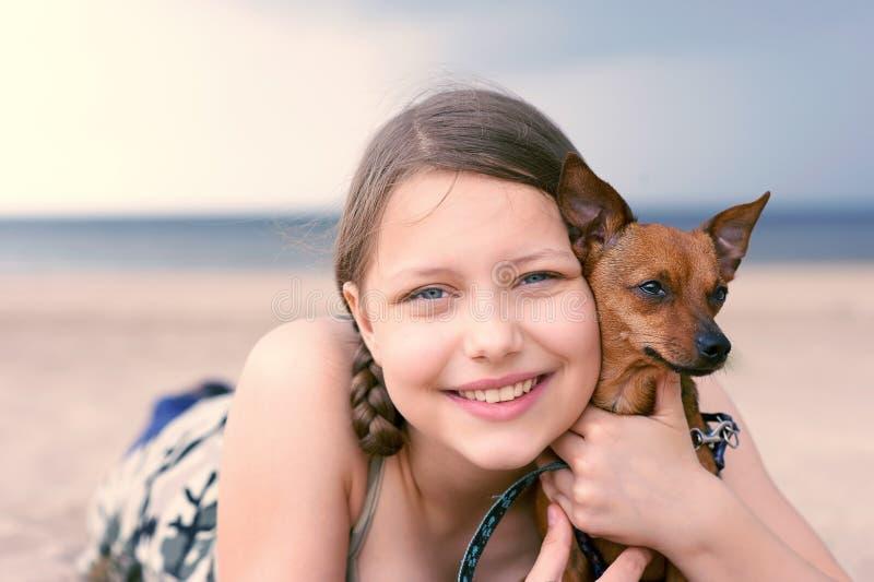 Fille de l'adolescence avec son chiot photo libre de droits