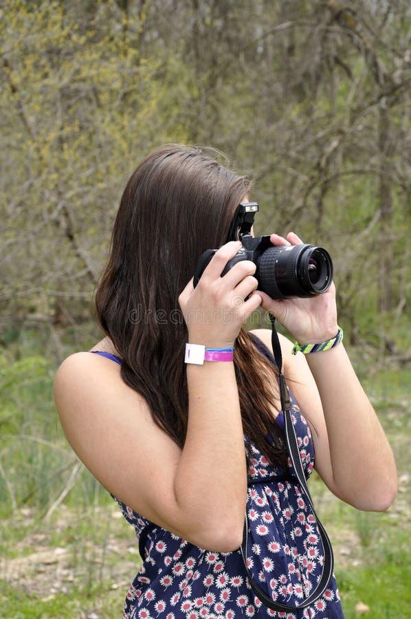Fille de l'adolescence avec un appareil-photo images libres de droits