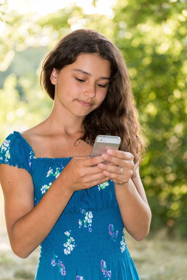 Download Fille De L'adolescence Avec Un Téléphone En Parc Image stock - Image du connexion, vert: 45367647