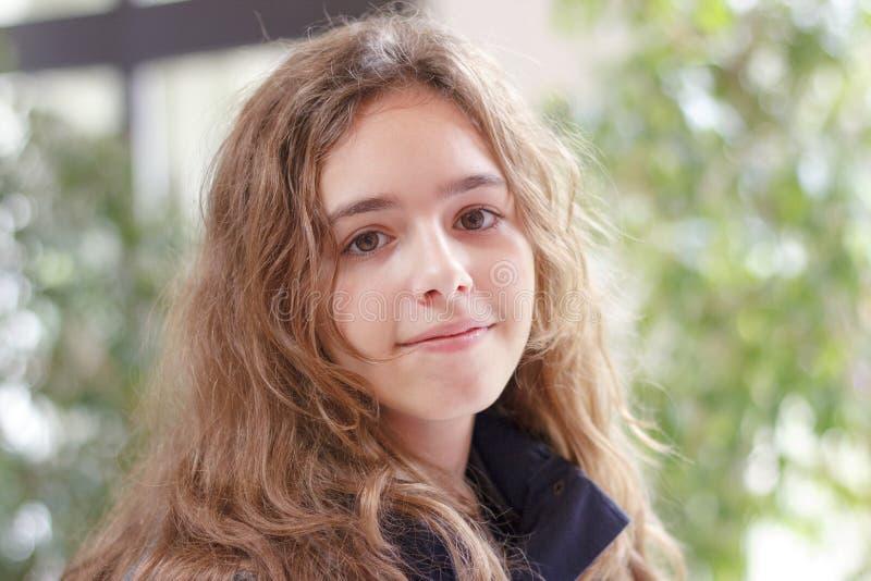 Fille de l'adolescence blonde heureuse souriant et regardant la caméra image libre de droits