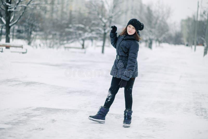 Fille de l'adolescence congelée L'enfant chauffe, des mains étreintes à son visage Portrait d'une belle fille photographie stock libre de droits