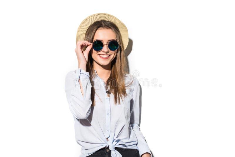 Fille de l'adolescence d'été gaie dans apprécier du Panama et des lunettes de soleil d'isolement sur le blanc photographie stock libre de droits