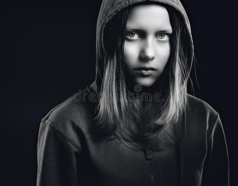 Fille de l'adolescence d'Afraided dans le capot photo stock
