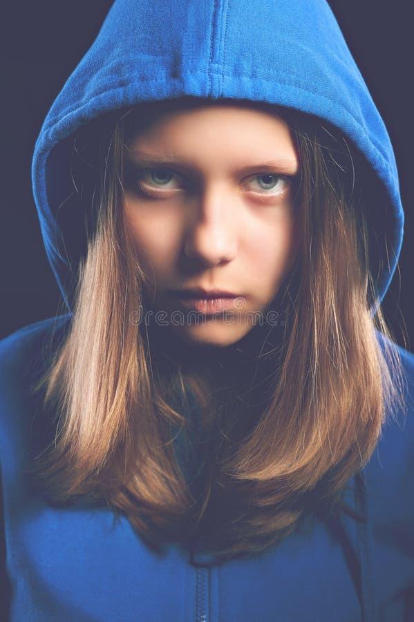 Fille de l'adolescence d'Afraided dans le capot image libre de droits