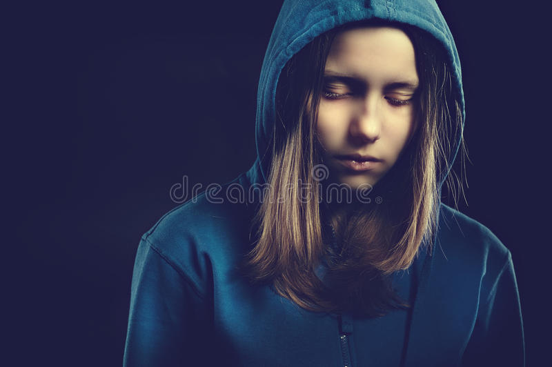Fille de l'adolescence d'Afraided dans le capot photographie stock libre de droits