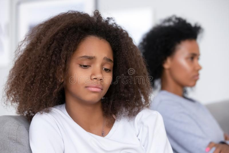 Fille de l'adolescence d'Afro-américain malheureux ayant le problème avec la mère stricte images stock