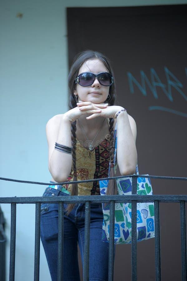 Fille de l'adolescence d'une chevelure foncée dans des lunettes de soleil photo stock