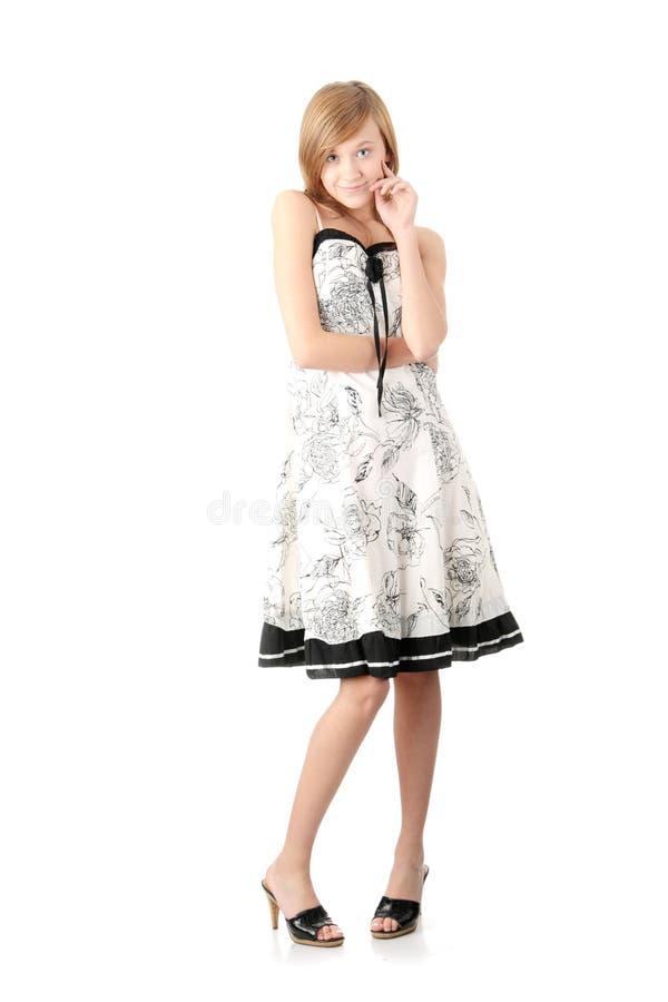 Fille de l'adolescence dans la robe blanche élégante photos stock