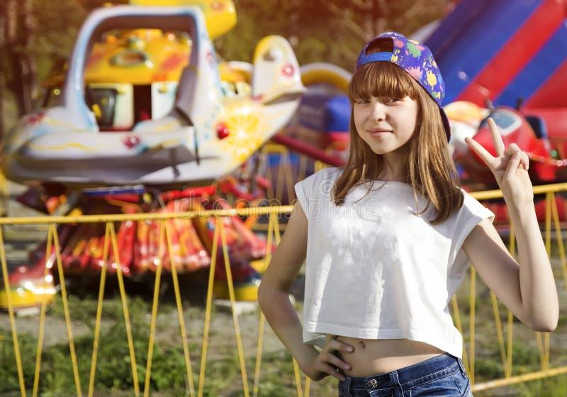 Fille de l'adolescence dans le chapeau en parc d'attractions images libres de droits