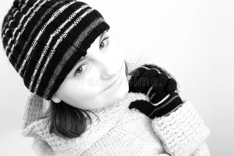 Fille de l'adolescence de l'hiver dans noir et le blanc photo stock