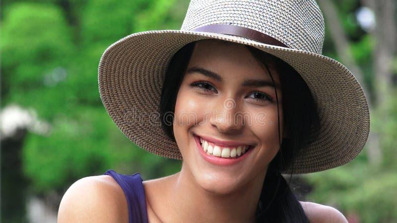 Download Fille De L'adolescence De Sourire Avec Le Chapeau Image stock - Image du pare, sourire: 87706261
