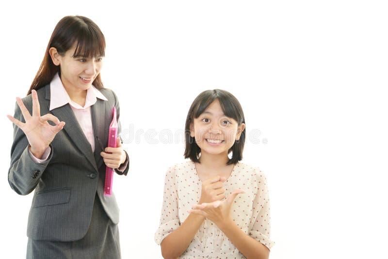 Fille de l'adolescence de sourire avec le professeur image libre de droits