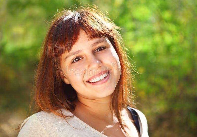 Fille de l'adolescence de sourire heureuse photo libre de droits