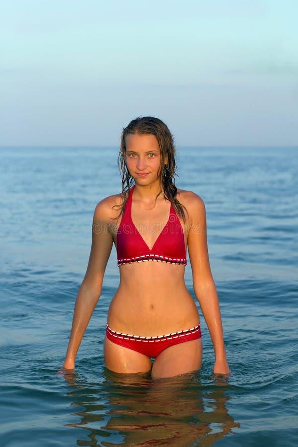 Fille de l'adolescence en mer photos libres de droits