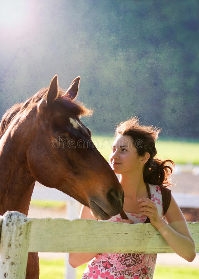 Fille de l'adolescence et son cheval image libre de droits