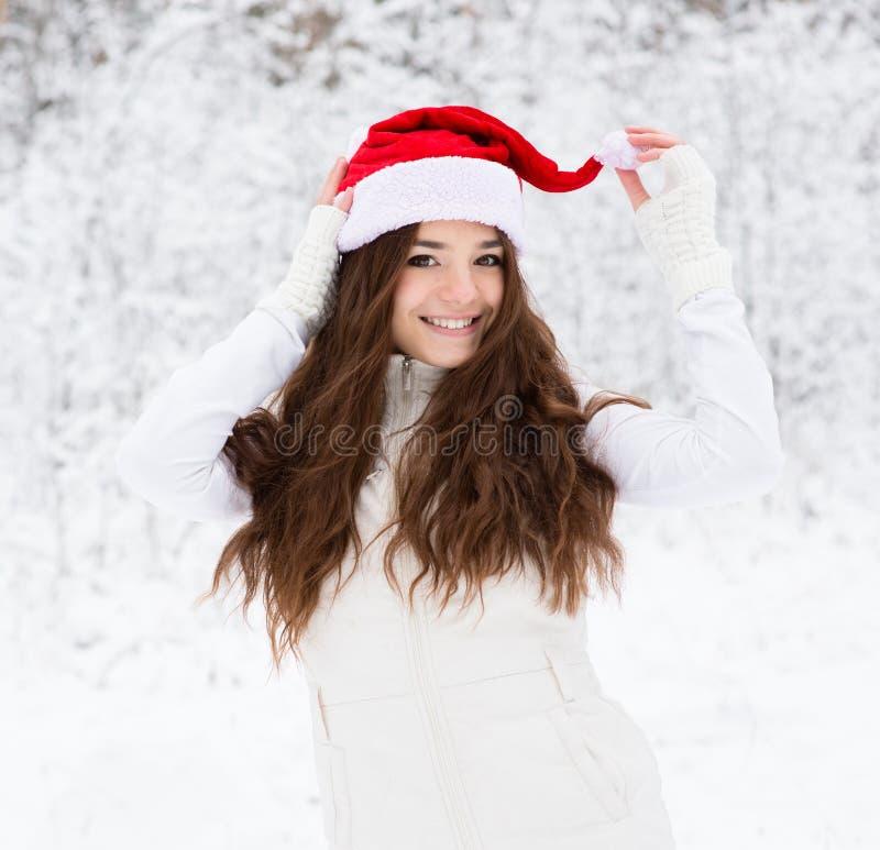 Fille de l'adolescence heureuse avec le chapeau rouge de Santa photos libres de droits