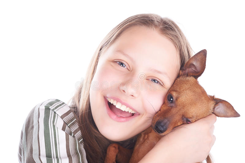 Fille de l'adolescence heureuse avec son chien photo libre de droits