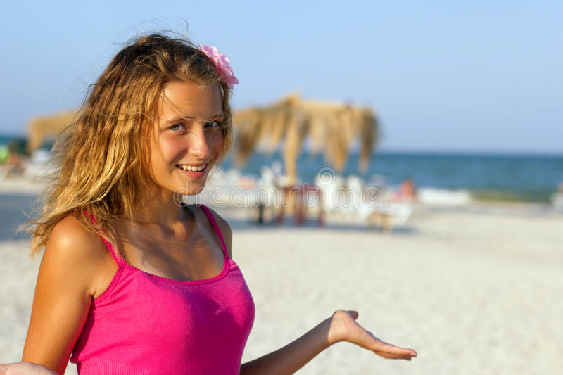 Fille de l'adolescence heureuse sur la plage image stock