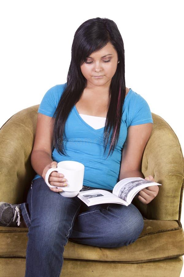 Fille de l'adolescence hispanique mignonne lisant un livre image stock