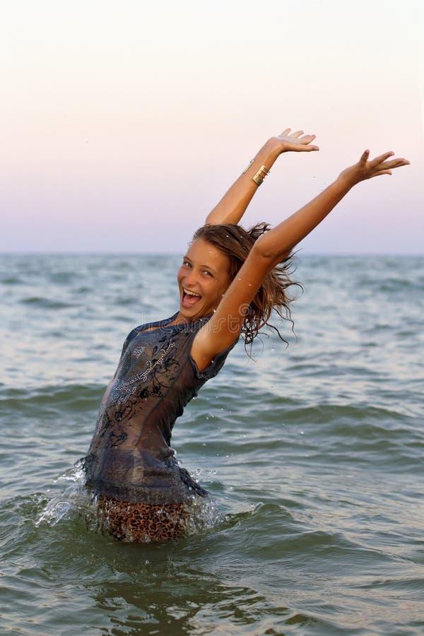Fille de l'adolescence humide heureuse photographie stock libre de droits