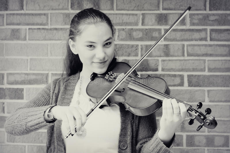 Fille de l'adolescence jouant le violon images stock