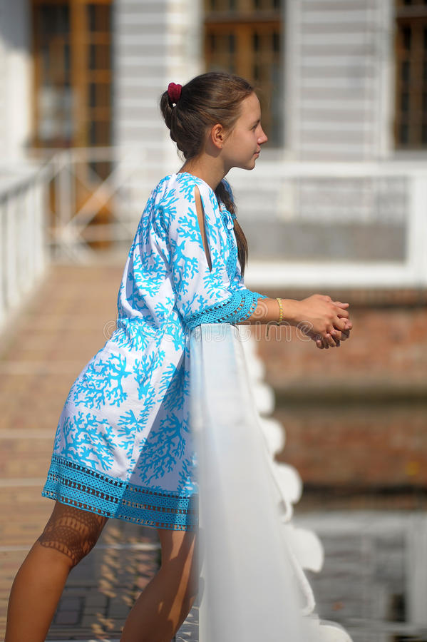 Fille de l'adolescence mignonne dans la robe bleue images libres de droits