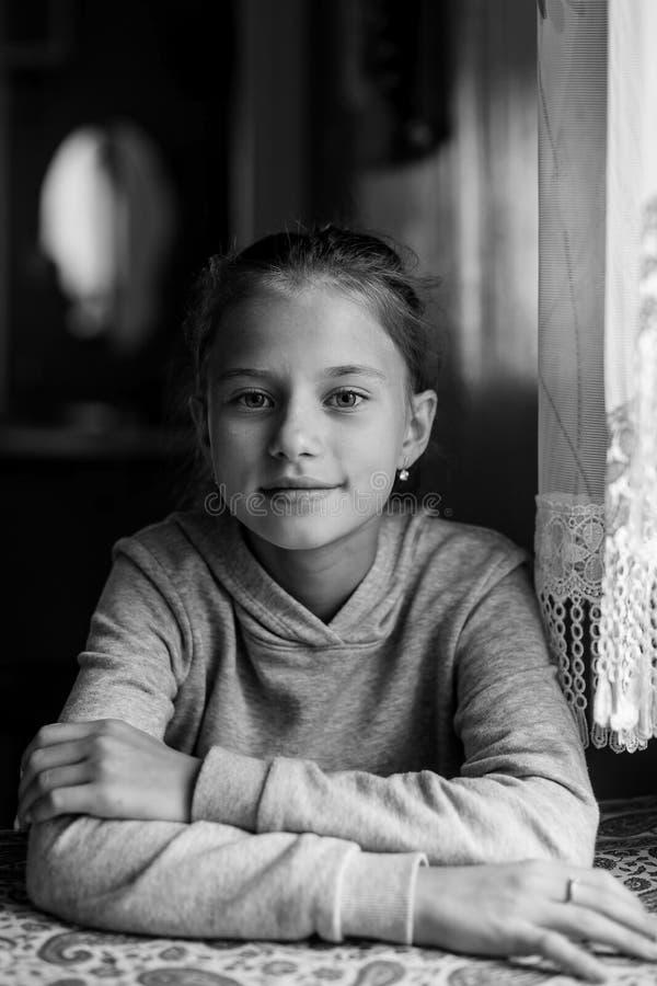 Fille de l'adolescence de portrait noir et blanc dans la maison images libres de droits