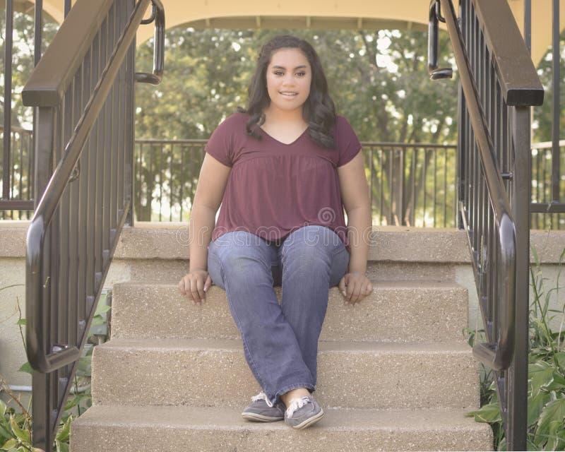Fille de l'adolescence s'asseyant sur l'escalier photos libres de droits
