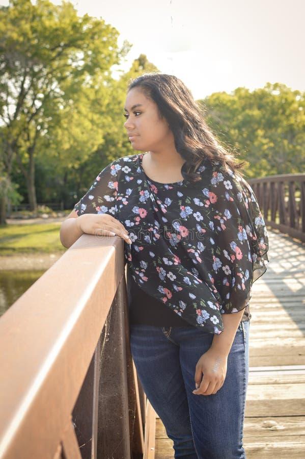 Fille de l'adolescence se tenant sur le pont image stock