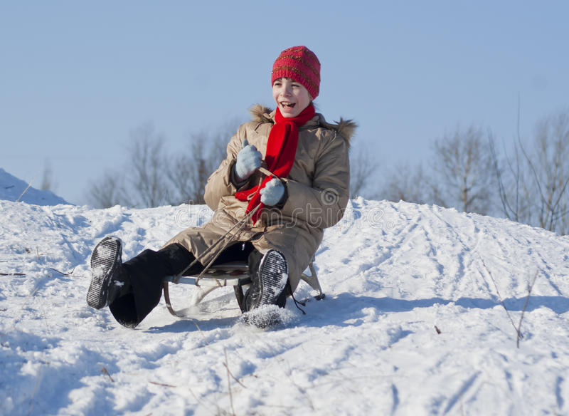 Fille de l'adolescence sledding photographie stock libre de droits