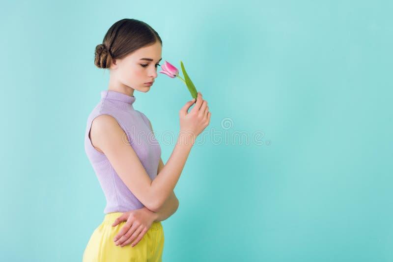 fille de l'adolescence tendre posant avec la fleur de tulipe photographie stock