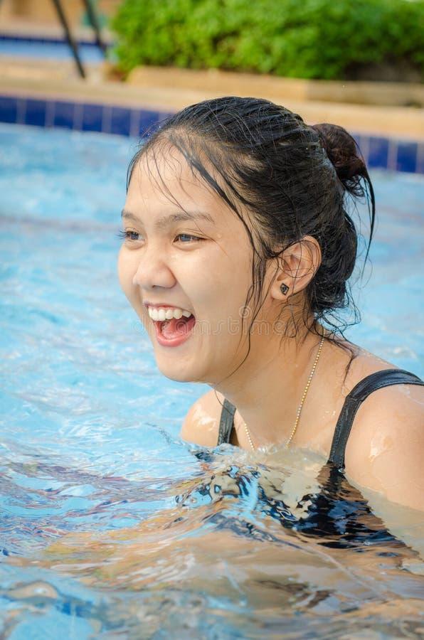 Fille de l'adolescence thaïlandaise dans une piscine photographie stock