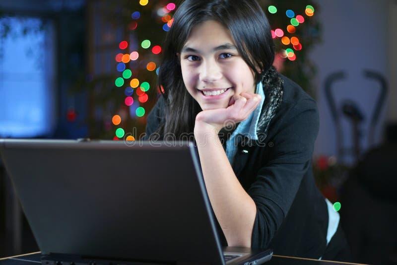 Fille de l'adolescence travaillant sur l'ordinateur portatif 3 photographie stock libre de droits