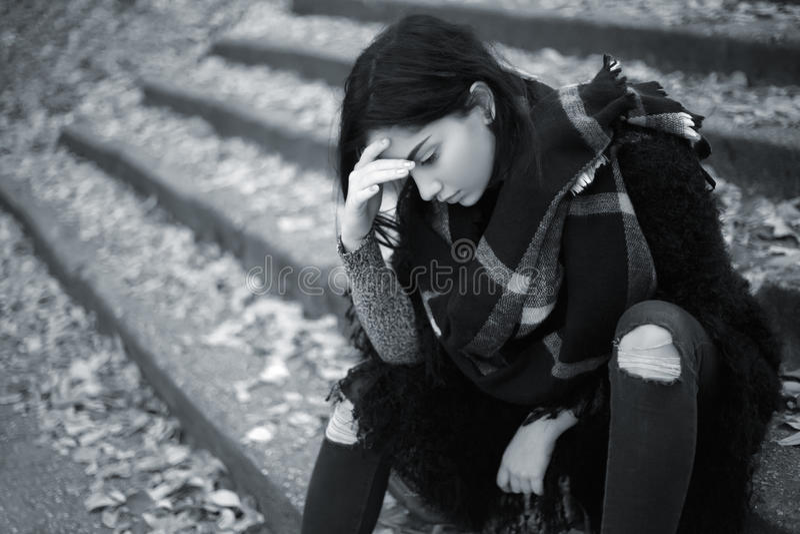 Fille de l'adolescence triste extérieure photographie stock